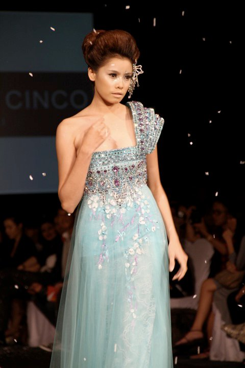 Michael Cinco Fashion Show: Philippine Fashion Week Holiday 2010 Pick: Michael Cinco